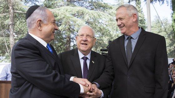 Netanyahu e Ganz já anunciaram a apresentação a 13 de maio do próximo governo, onde as pastas serão partilhadas equitativamente entre os dois campos