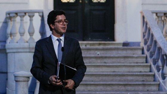 """Segundo os liberais, uma notícia de quarta-feira """"dá conta que o mesmo secretário de Estado contratou um militante do PS, seu apoiante para motorista é um bom exemplo de tudo o que está mal na política portuguesa"""""""