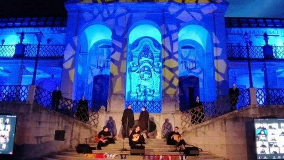 """Ao soar das doze badalas na Cabra, a Torre da Universidade, o grupo de fado """"Capas ao Luar"""" tocou """"Saudades de Coimbra"""", um original de José Afonso"""
