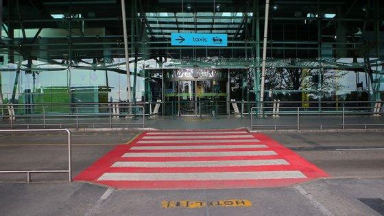 Aeroportos vazios, uma imagem de Portugal e comum a muitos outros países. Ainda assim, houve mais 19 casos importados, 12 dias depois