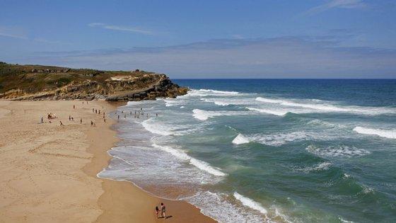 """Passa a ser possível utilizar as praias de Sintra para passeios, """"desde que seja respeitada a distância mínima de dois metros""""."""