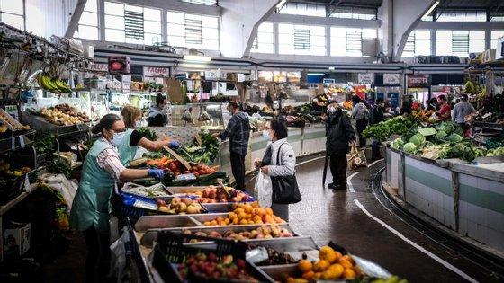 Longe do 'corre-corre', ruas de Benfica voltam a encher-se para compras no mercado.
