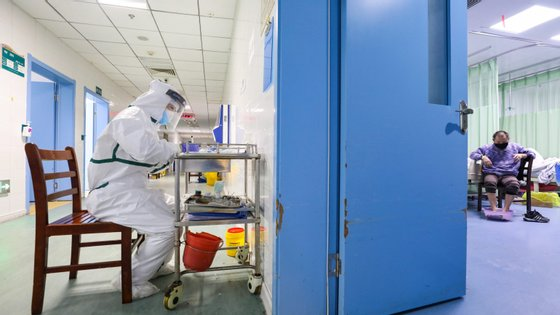 """Diretor da Comissão Nacional de Saúde da China, Li Bin, admitiu que os problemas que foram identificados na pandemia da Covid-19 vão ser resolvidos através da """"centralização de sistemas de informação"""" e com recurso à inteligência artificial."""