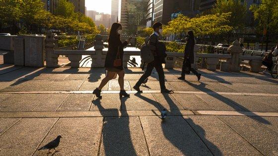 A Coreia do Sul contabilizou 18 novos casos - sendo que 17 estavam circunscritos ao bairro de Itaewon, onde um jovem, de 29 anos, testou positivo ao novo coronavírus
