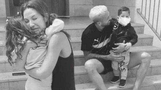 Um dos momentos do vídeo em que Ezequiel Garay e a mulher, Tamara Gorro, abraçam os dois filhos.