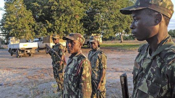 Na região, deambulam guerrilheiros dissidentes da Resistência Nacional Moçambicana, liderados por Mariano Nhongo, que têm ameaçado recorrer à violência armada para negociar melhores condições de reintegração social