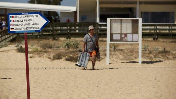 """O presidente da associação que agrega os 16 municípios do distrito de Faro defendeu que """"devem ser as autarquias e as capitanias a operacionalizar e fiscalizar as praias"""""""