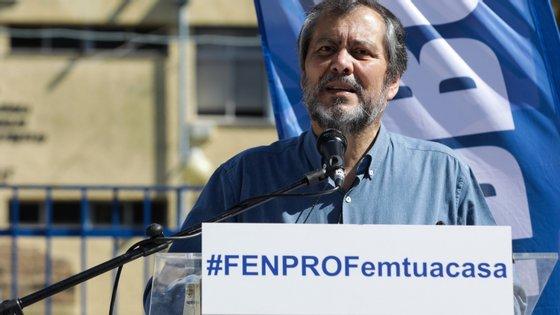 """""""Os problemas não se resolvem na escola só com máscaras e gel"""", defende Mário Nogueira"""