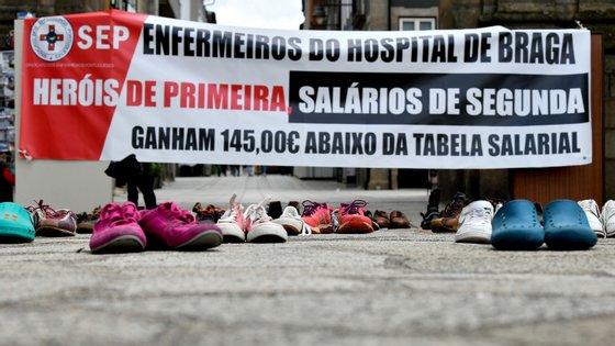 Na manifestação, em que estiveram presentes apenas três enfermeiros, também havia sapatos dos filhos de muitos daqueles profissionais, para simbolizar o afastamento familiar