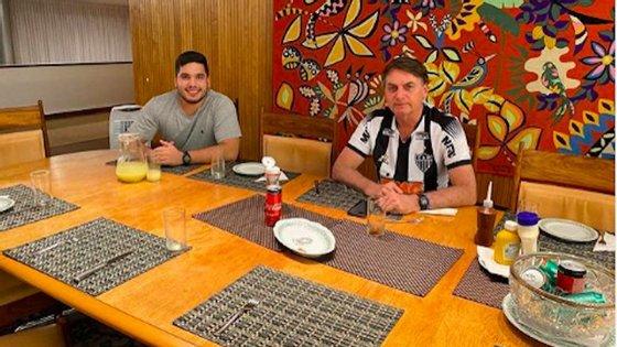 O deputado do Ceará André Fernandes (à esquerda) publicou uma imagem que continha dados falsos. O presidente brasileiro (à direita) partilhou-a