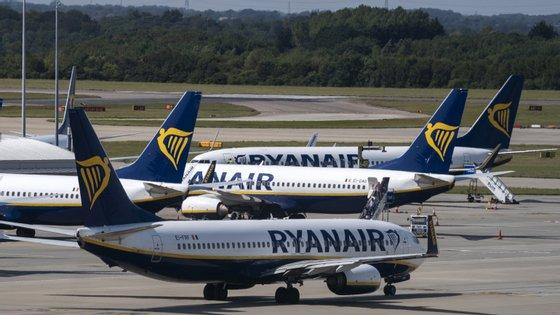 Por cada aeronave que é retirada, são cortados cerca de 10 postos de trabalho de pilotos e aproximadamente 20 empregos na tripulação de cabine, explica a Ryanair