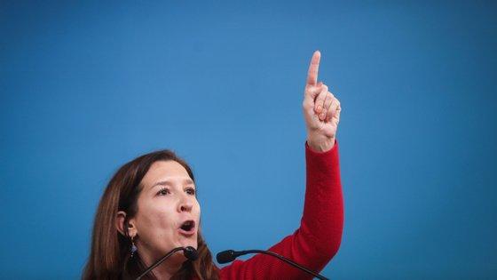 Cecília Meireles exorta o governo a cumprir com a economia com a mesma celeridade que cumpriu com o Novo Banco