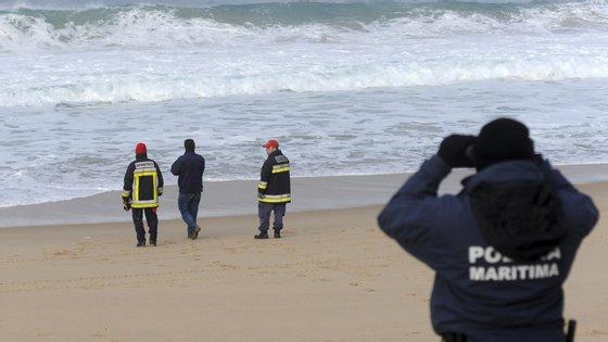O jovem estaria a passear na praia juntamente com um primo e uma amiga quando os três foram surpreendidos por uma onda