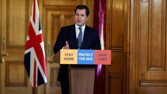 Num briefing, em Downing Street, Robert Jenrick, começou por revelar a reabertura do mercado imobiliário, mas com novas regras: as visitas devem ser virtuais, mas se forem presenciais deverão respeitar as regras de segurança