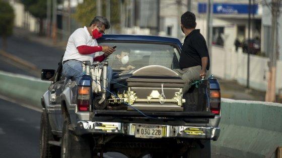 Nas últimas 24 horas, 5.157 novas mortes e 82.643 novos casos ocorreram em todo o mundo