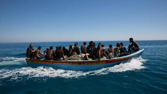 """Segundo estes dirigentes, a situação para muitos migrantes e refugiados é """"especialmente alarmante"""", com mais de 3.200 pessoas intercetadas no mar desde janeiro a serem devolvidas à Líbia"""