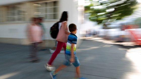 Diretores, professores e funcionários têm trabalhado para o regresso às aulas presenciais dos alunos do 11.º e 12.º anos