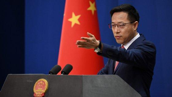 """O porta-voz do Ministério dos Negócios Estrangeiros da China aconselhou o governo norte-americano a """"concentrar-se mais em combater a pandemia e salvar a vida e a saúde do povo americano, de quem tem abusado da confiança""""."""