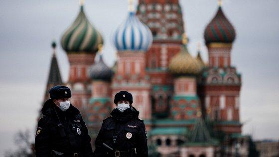 Os dois artigos baseiam-se na ideia de uma subida em flecha no total de casos de mortalidade reportados pelas autoridades sanitárias russas