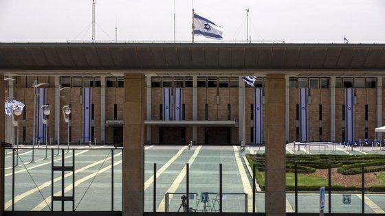 """A tomada de posse foi adiada para que Netanyahu possa """"terminar"""" a repartição das pastas ministeriais no seu partido"""