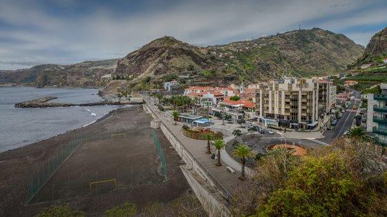 Bares, cafés, esplanadas e restaurantes de apoio à praia abrem só a partir de segunda-feira