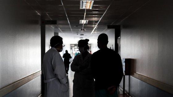 Nas últimas 24 horas, 5.398 novas mortes e 89.751 novos casos ocorreram em todo o mundo