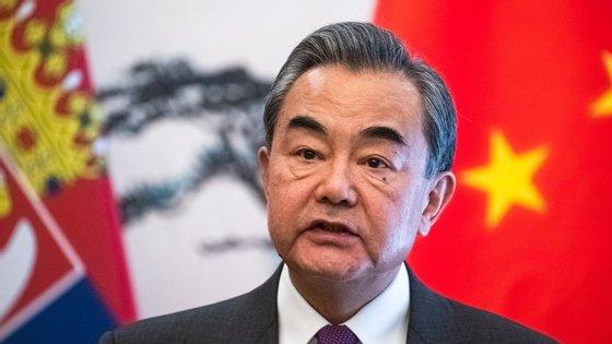 """As tentativas de politizar a pandemia e de difamar a OMS são """"uma violação dos princípios morais internacionais e minam os esforços internacionais antiepidémicos"""", disse Wang"""