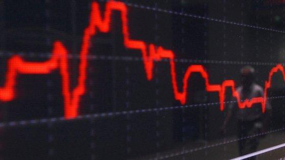 """""""A contração da atividade económica reflete o impacto da pandemia Covid-19 que já se fez sentir significativamente no último mês do trimestre"""", pode ler-se numa estimativa rápida"""