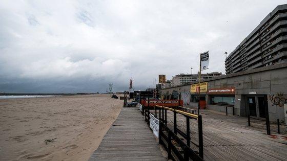 O Governo quer permitir o acesso às praias sem medidas coercivas, mas com um apelo à disciplina dos portugueses