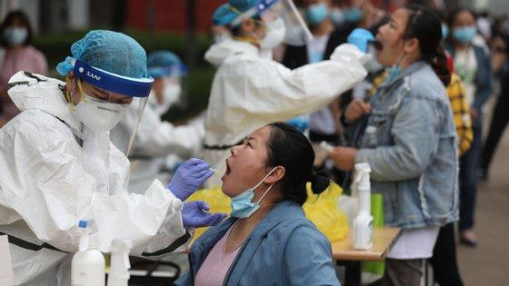 A pandemia teve origem na cidade chinesa de Wuhan em finais de 2019