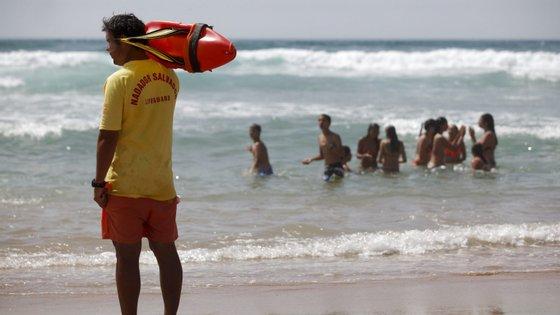 A federação queixa-se de que faltam cerca de 1.500 a 2.000 nadadores-salvadores para a próxima época balnear