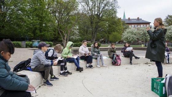 Dinamarca reabriu no mês passado creches, jardins de infância e escolas primárias, com mais aulas no exterior quando possível