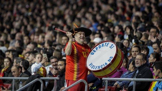 Manolo do Bombo é um dos adeptos mais mediáticos no futebol pelo apoio à seleção espanhola