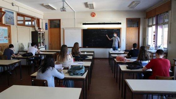 """Profissionais com doenças crónicas ou que já têm entre """"74 ou 75 anos"""" não regressaram às escolas"""