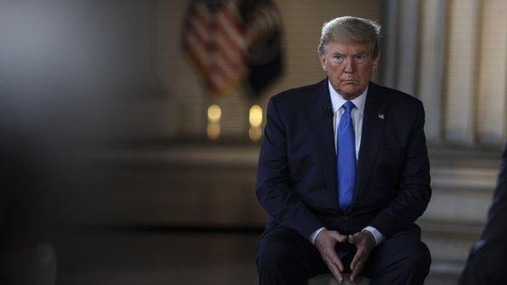 """Donald Trump não vê razões para não tomar o medicamento. """"Existe há 40 anos para tratar a malária, lúpus e outras coisas. Eu tomei. Profissionais da linha frente tomam. Muitos médicos tomam. Eu tomo"""""""