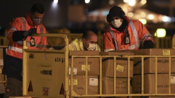 O súbito aumento na procura mundial levou a uma intensa competição entre Estados pelo acesso a ventiladores e outro equipamento