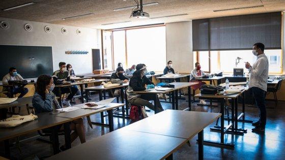 As aulas foram retomadas esta semana para os 11.º e 12.º anos em algumas disciplinas