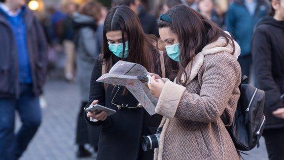 Máscaras e luvas devem ser colocadas em contentores do lixo depois de utilizados