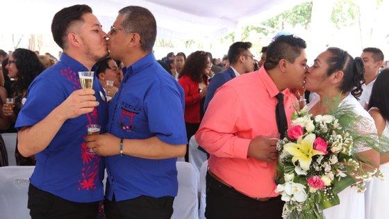 Para assinalar a histórica abertura legislativa, vários casais agendaram a cerimónia para este dia, devendo a primeira união entre duas mulheres ser transmitida pela televisão