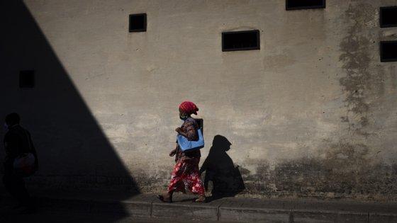 """As autoridades, diz a Human Rights Watch, """"estão a expor as pessoas a um risco de infeção em instalações mal equipadas e mal geridas"""""""