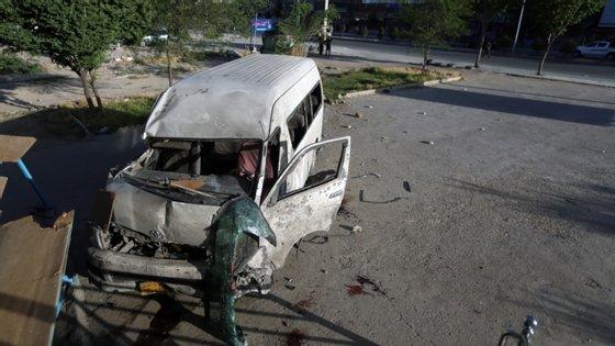 O estado em que ficou o miniautocarro após o bombardeamento