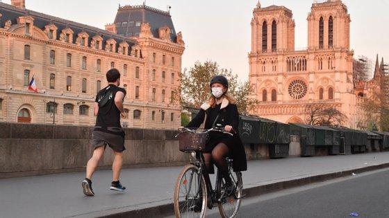 """Para a autarca parisiense, Anne Hidalgo, as esplanadas dos cefés, bares e restaurantes são a """"alma da cidade"""" e estão autorizados a ocupar o espaço público"""