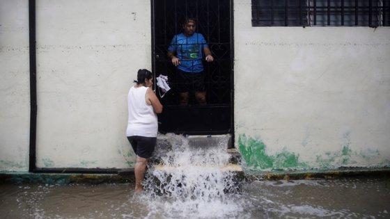 O autarca de San Salvador, Ernesto Muyshondt, informou que quatro mil pessoas foram retiradas da capital