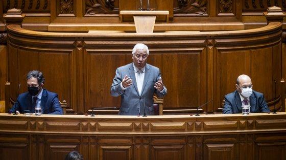 Intervenções continuam a ser sem máscara, depois da DGS ter clarificado que isso pode acontecer desde que sejam mantidas distâncias no Parlamento.
