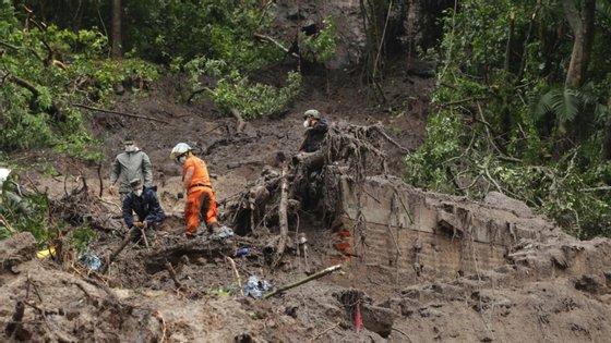 Na quarta-feira, morreram sete pessoas (dois pais e cinco filhos) que ficaram soterradas após um deslizamento de terras numa colónia na cidade de Santo Tomás