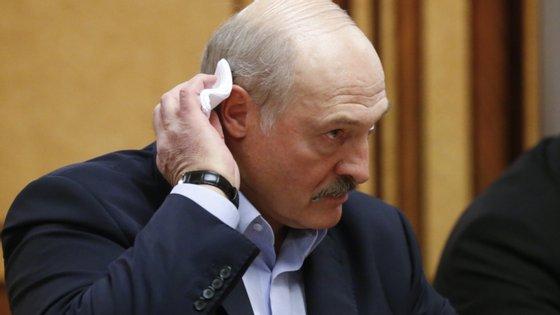 Alexander Lukashenko, de 65 anos, lidera há mais de 25 anos este país de 9,5 milhões de habitantes em estilo autoritário, e deverá garantir mais uma reeleição apesar dos protestos da oposição