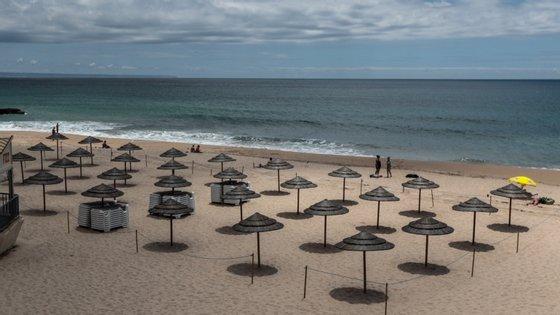 Apesar de ser uma situação nunca antes vivida, os proprietários dos estabelecimentos situados nas praias tentam manter um pensamento positivo