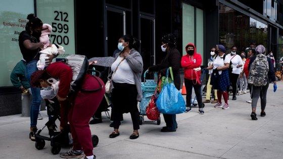 Em abril, a taxa de desemprego nos Estados Unidos tinha ficado em 14,7%, mas as primeiras reaberturas permitiram uma recuperação
