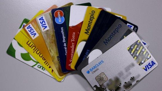 O valor das compras nacionais através de terminais de pagamento automático por habitante foi de 196 euros em abril