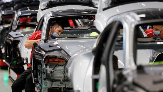 O impacto foi especialmente forte no setor automóvel, que apresentou uma queda em abril de 74,6% face a março